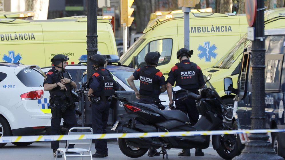 Foto: Efectivos policiales en el lugar del atropello en las Ramblas de Barcelona. (EFE)