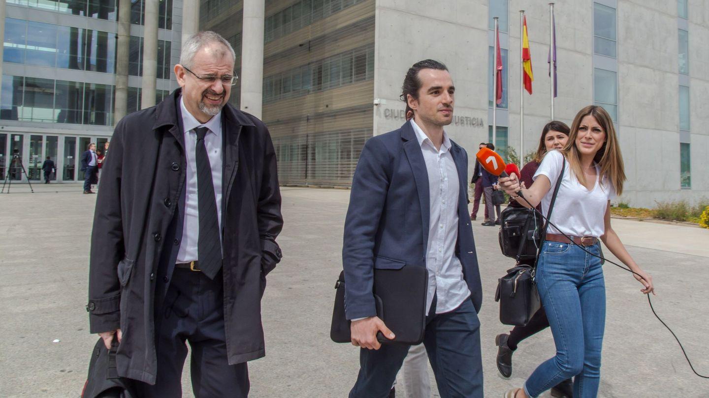 El creador de la web, Alberto García Sola (d), sale de los juzgados junto a su abogado tras declarar en el juicio. (EFE)