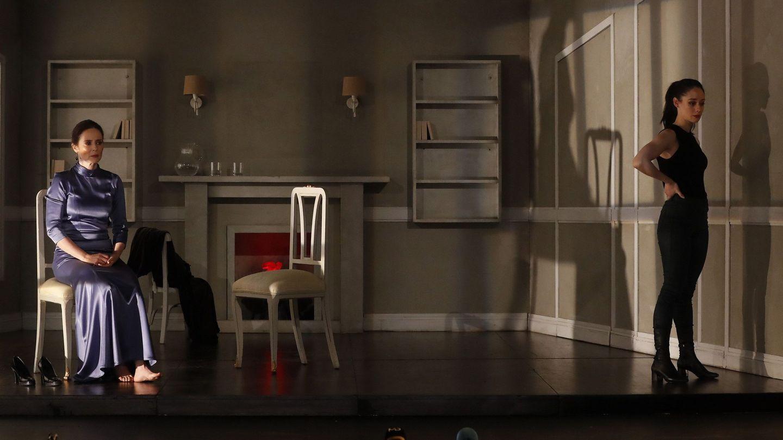 Elena Rivera y Aitana Sánchez Gijón en la obra de teatro 'La vuelta de Nora'. (EFE)