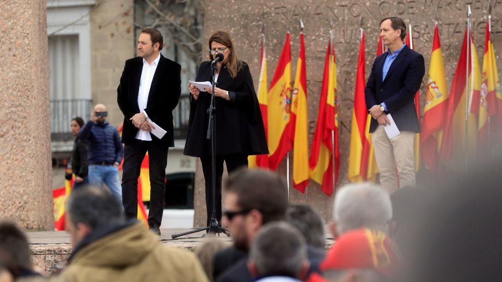Foto: Los periodistas Carlos Cuesta (d), María Claver (c) y Albert Castillón (i) han leído un manifiesto durante la concentración. (EFE)