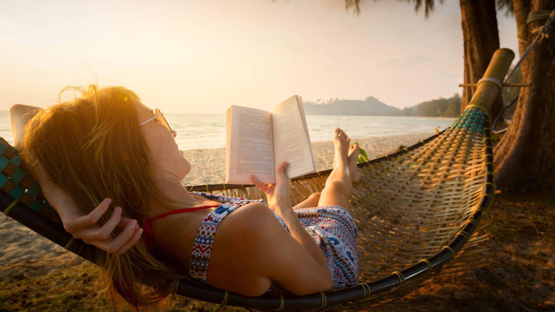 Foto: Bastan un libro y un sitio tranquilo para encontrar la paz. (iStock)