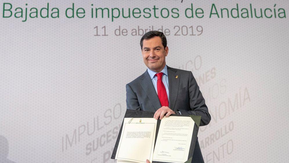 Foto: El presidente de la Junta de Andalucía, Juanma Moreno, tras firmar el decreto de rebaja de varios impuestos en Andalucía. (EFE)