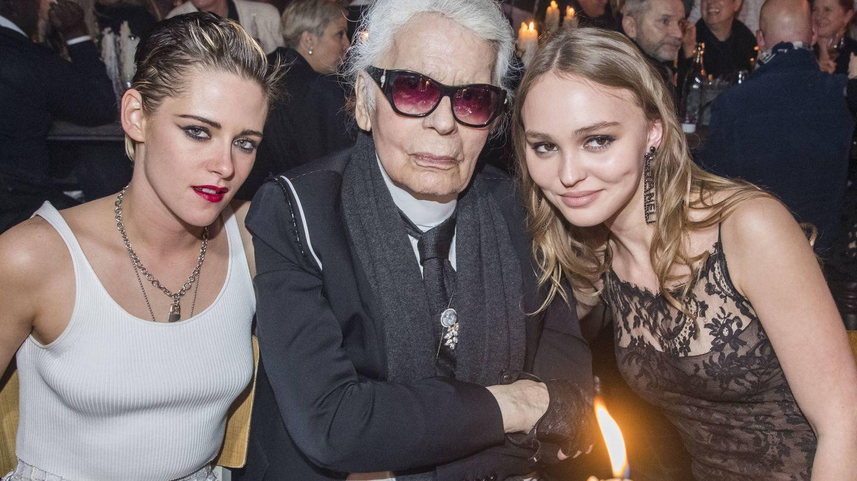 Con su mentor, Karl Lagerfeld, y su amiga Kristen Stewart. (Gtres)