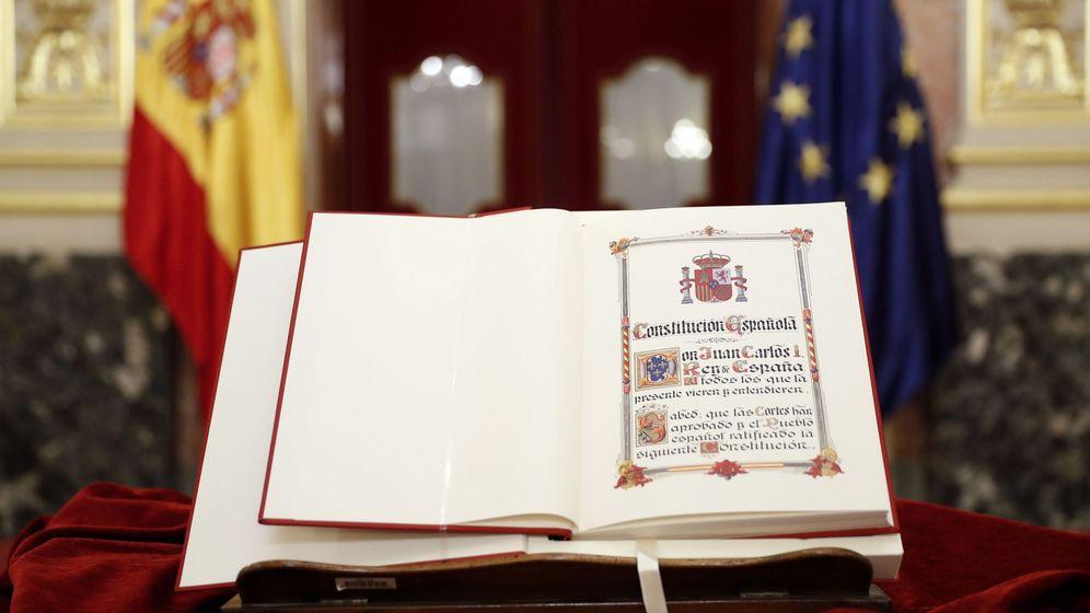 Foto: Detalle de un ejemplar de la Constitución. (EFE)