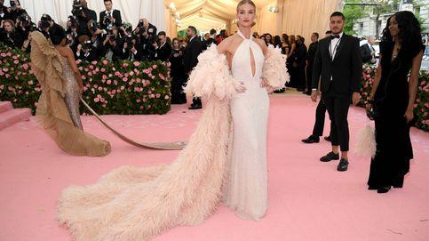 Rosie Huntington lleva meses vistiendo de blanco: repasamos su nuevo armario