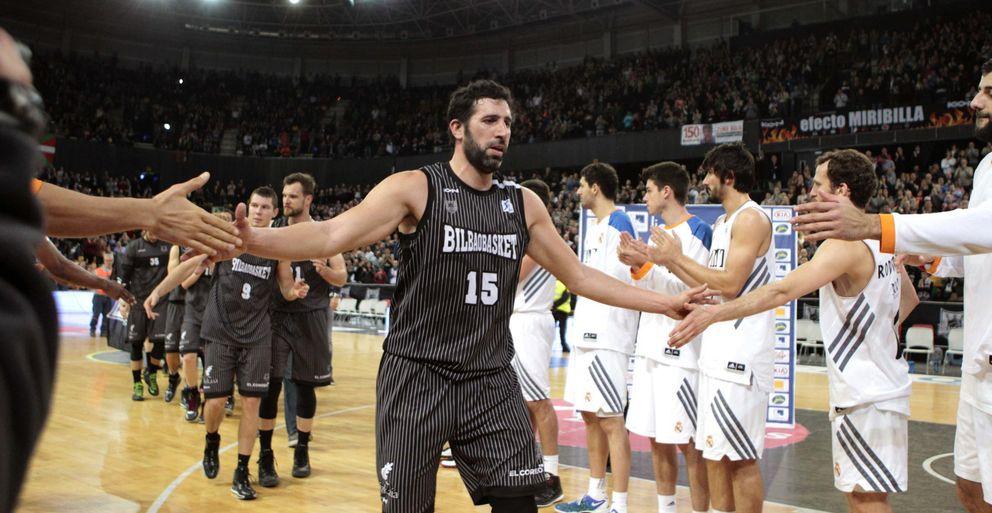 Los jugadores del Real Madrid hacen el pasillo a los del Bilbao Basket (Efe).