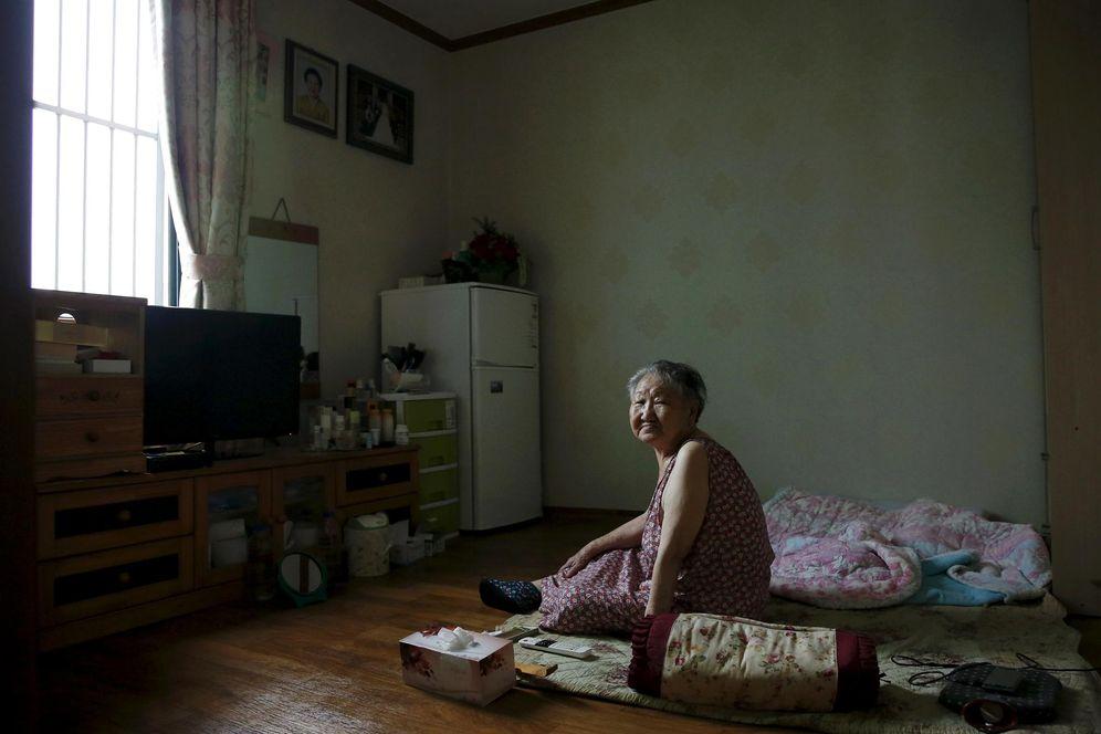 Foto: La antigua 'mujer de confort' Gil Won-ok, fotografiada en su casa en Seul en julio de 2015 (Reuters)