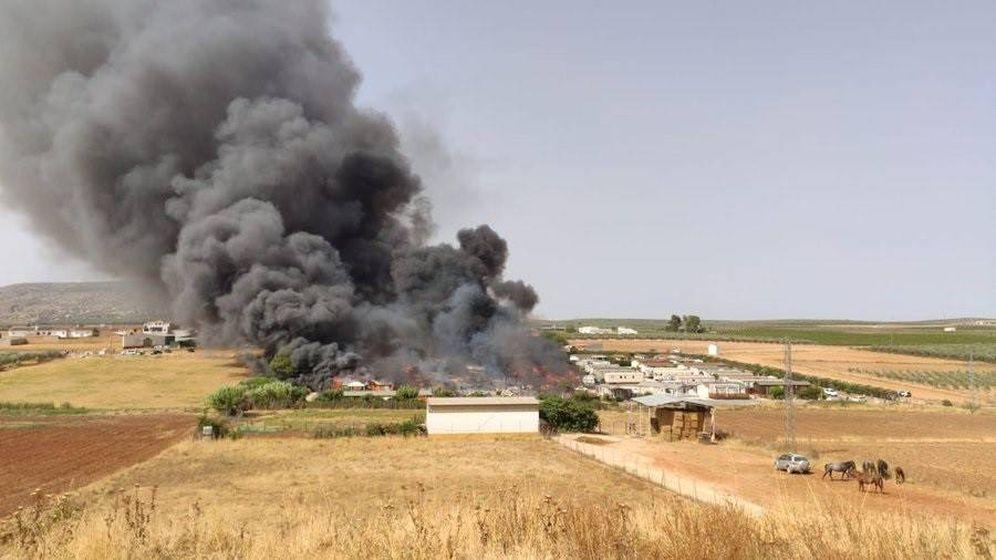 Foto: Vista del incendio en el camping de Mollina. (Europa Press)