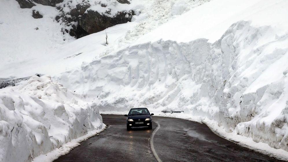 Foto: Muro de nieve de entre siete u ocho metros de altura que dejó el fuerte temporal de los últimos días en el puerto de San Isidro (Asturias). (EFE)