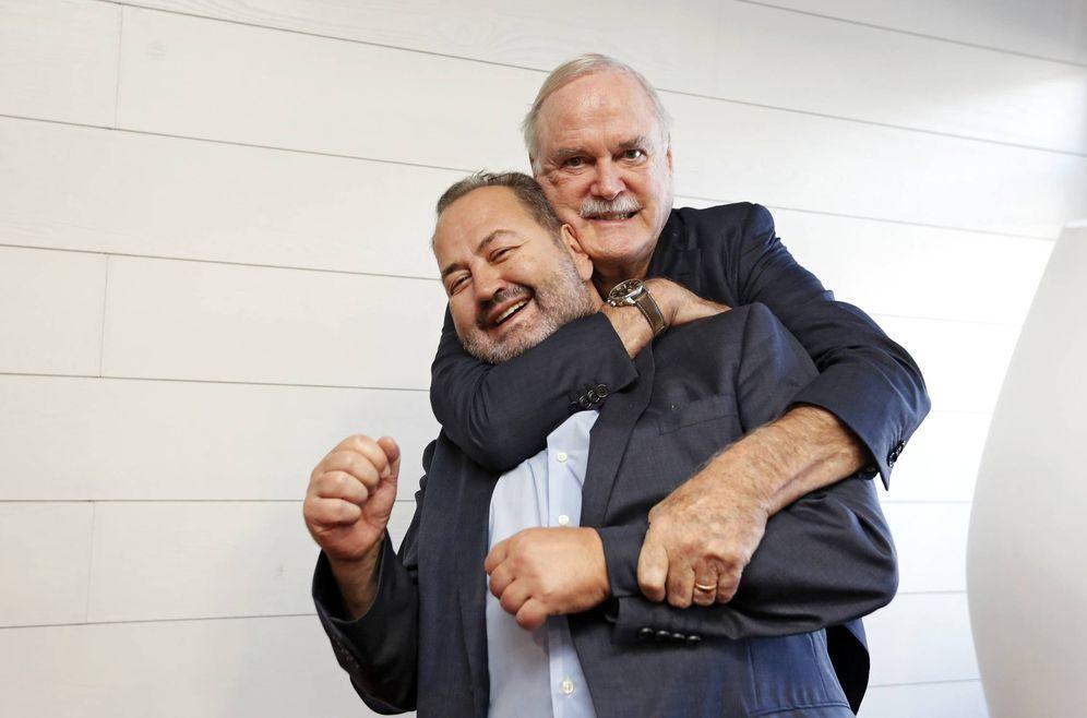 Foto: John Cleese agarra por el cuello a Juan Bas, director del Festival Ja! de Bilbao, en la edición de 2016. (Ja! Bilbao)
