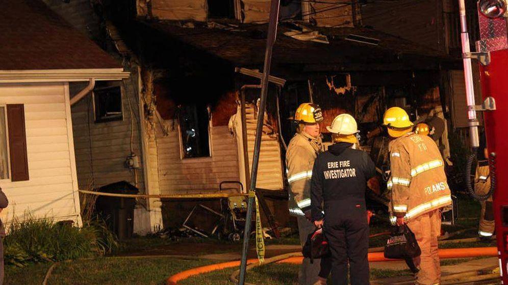 Foto: Los bomberos de la localidad de Erie durante las labores de extinción del incendio de la guardería Harris Family Daycare. (Erie Firefighters)