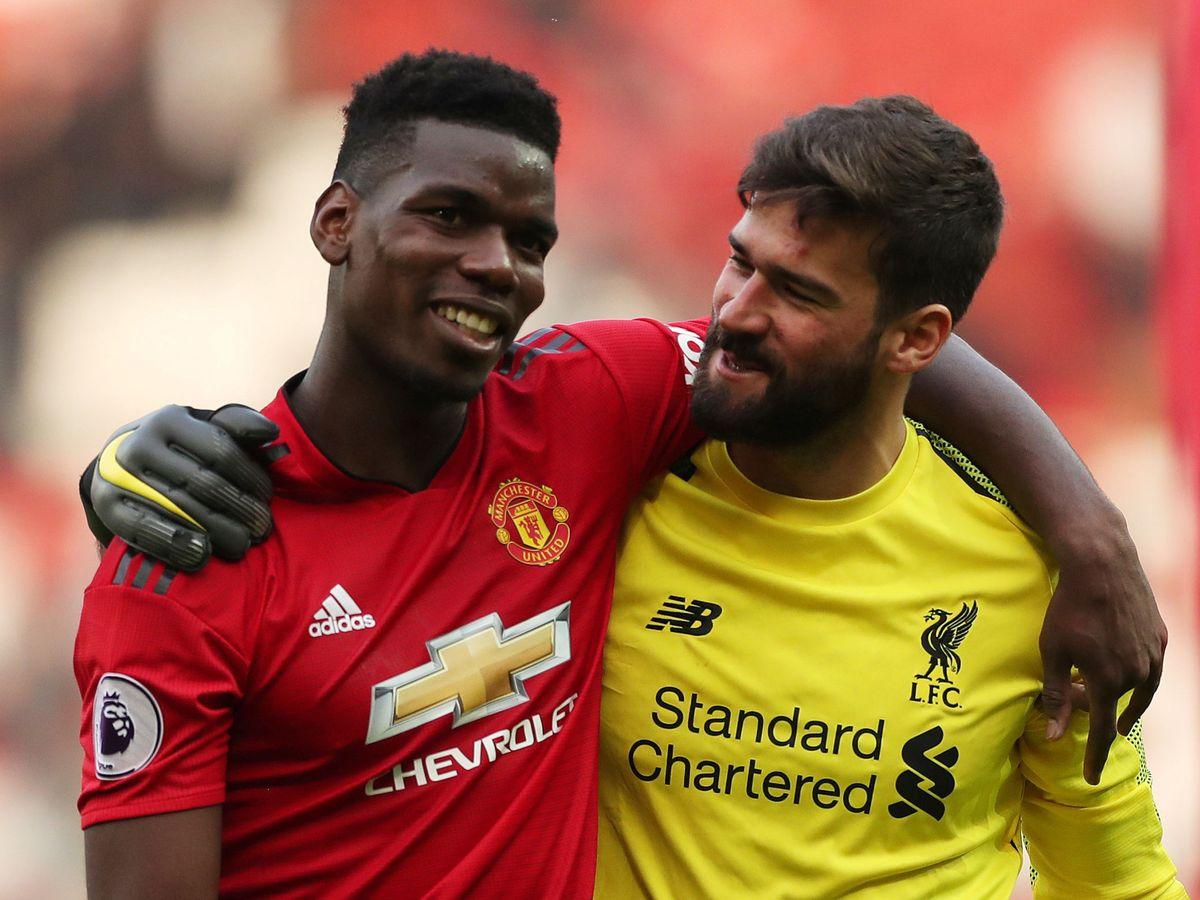 Foto: Pogba y Alisson, abrazados en un pasado Liverpool-Manchester United. (Reuters)