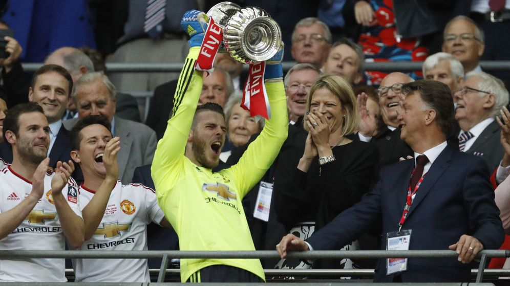 Foto: David de Gea levanta la FA Cup ganada por el United, en presencia de Van Gaal. (Reuters)