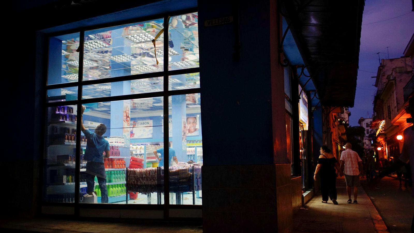 Foto: Un empleado trabaja dentro de una tienda estatal en La Habana, en septiembre de 2017. (Reuters)