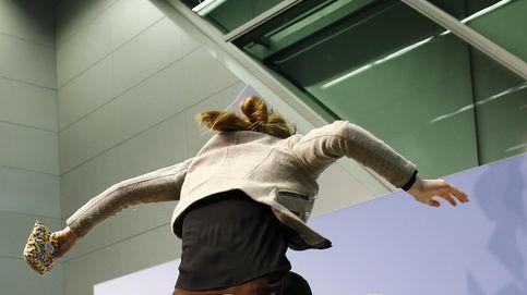 En imágenes: la secuencia del salto de la activista sobre la mesa de Draghi y su cara de miedo