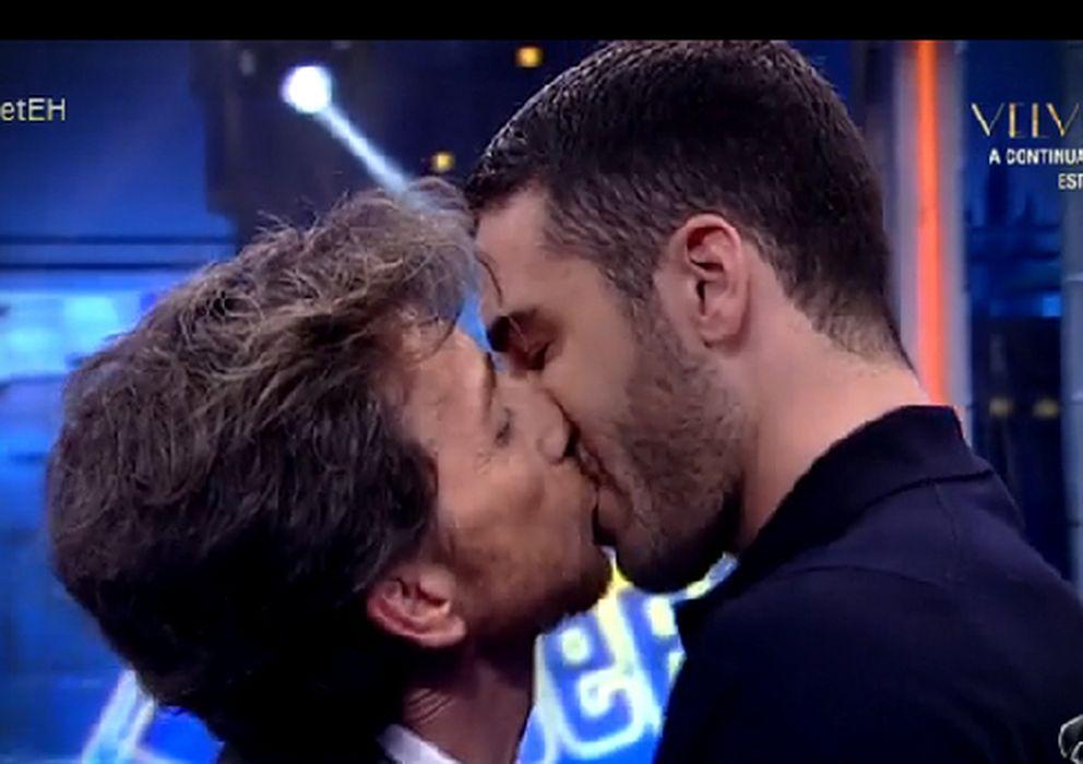 Foto: El beso de Pablo Motos y Miguel Ángel Silvestre este lunes en 'El Hormiguero'