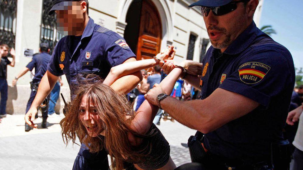 Foto: Maria Gombau, cuando fue detenida en 2011 en una protesta de 'indignados' ante las Cortes Valencianas. (EFE)