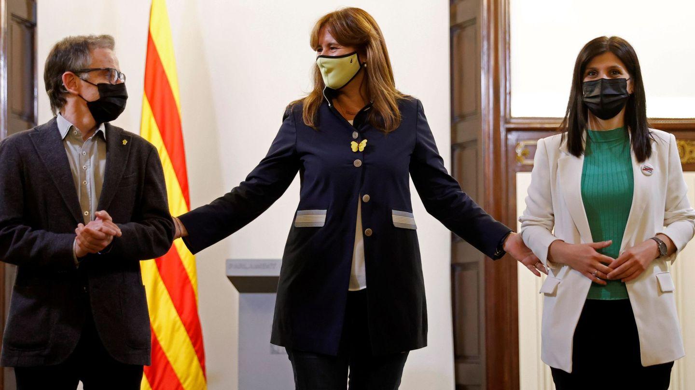 La presidenta del Parlament, Laura Borràs (c), acompañada de Marta Vilalta (d) y Josep Maria Jové (i), de ERC. (EFE)