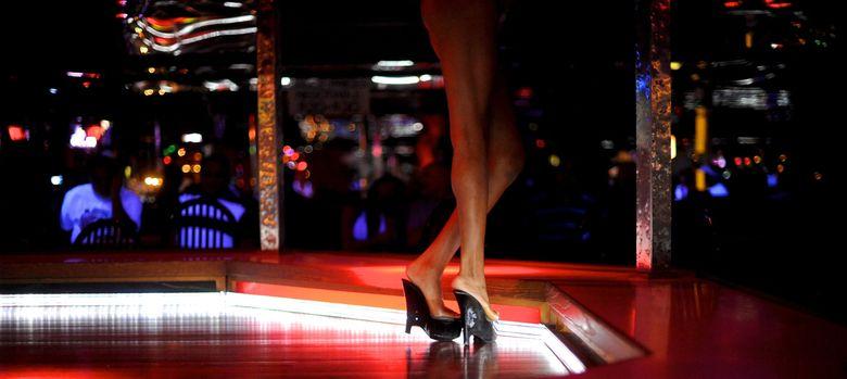 Foto: Una striper baila ante clientes en el club Mons Venus de Florida, Estados Unidos
