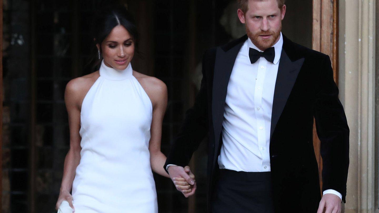 Meghan Markle luciendo un vestido de cuello 'halter' junto al príncipe Harry. (Getty)