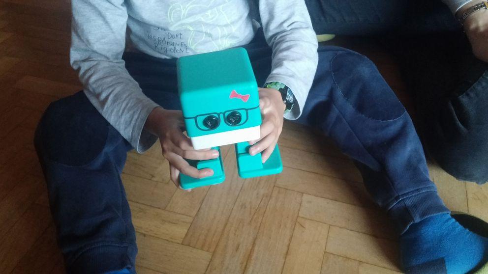 Hemos probado un robot educativo con tres niños, y lo mejor son las pegatinas