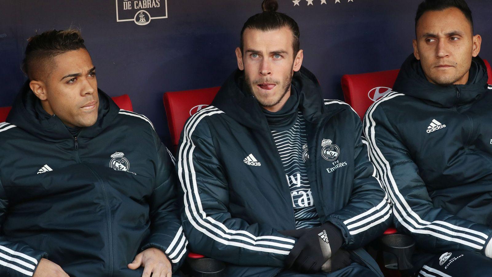 Foto: Gareth Bale en el banquillo con gesto serio junto a Mariano y Keylor Navas. (Efe)