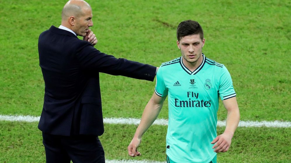 Foto: Luka Jovic se marcha del campo ante la mirada de Zidane. (Efe)