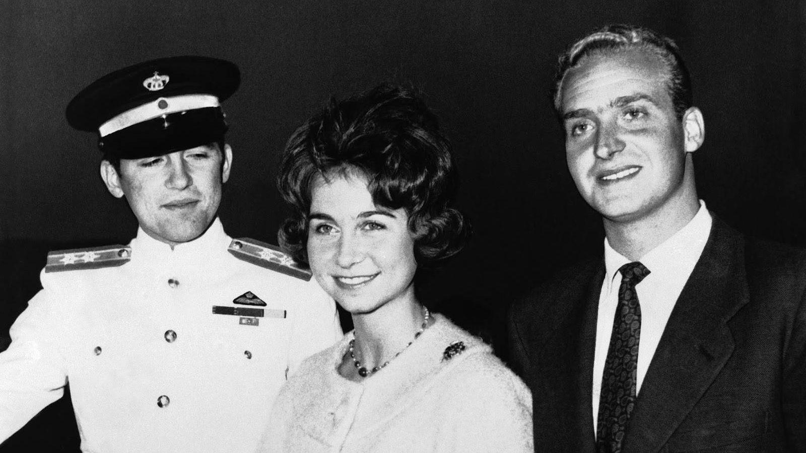 Foto: Constantino II de Grecia en 1961 junto a su hermana Sofía y su futuro cuñado Juan Carlos, durante el anuncio del compromiso matrimonial de estos últimos