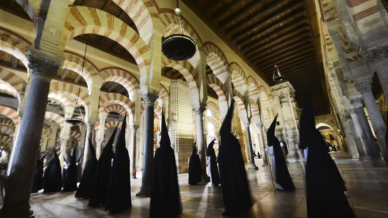 Procesión de la Cofradía del Santísimo Cristo del Amor en la Mezquita de Córdoba. (Efe)