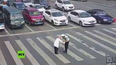 La acción más adorable que verás hoy es la de este policía chino