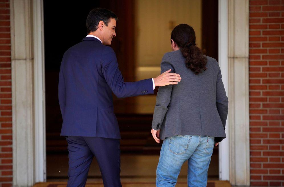 Foto: Pedro Sánchez y Pablo Iglesias, antes de su reunión el pasado 7 de mayo en la Moncloa. (Reuters)