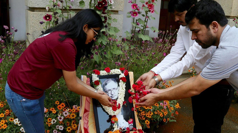 Miembros del Instituto Indio de la Ciencia depositan flores en honor al astrofísico británico Stephen Hawking en Bangalore (India). (EFE)