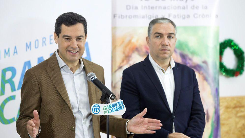 Foto: Juanma Moreno, acompañado del consejero de Presidencia, Elías Bendodo. (EFE)