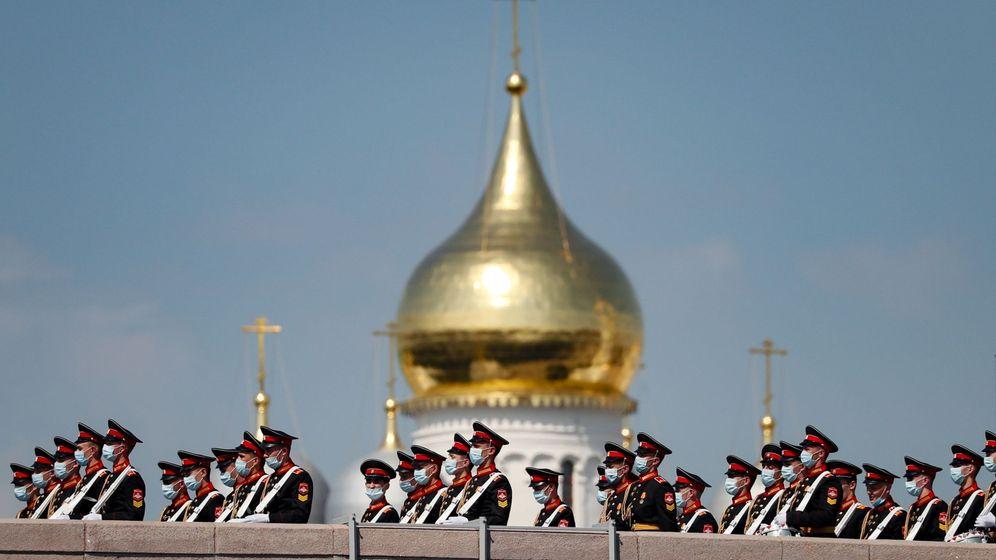 Foto: Desfile militar con motivo del Día de la Victoria con mascarillas. (EFE)