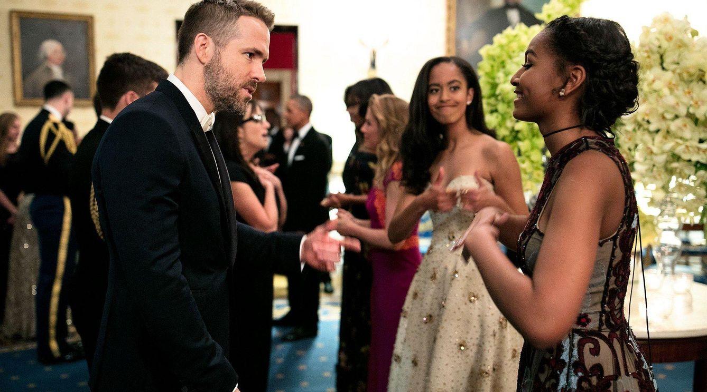 Foto: Ryan Reynolds conversa con Malia y Sasha Obama (Foto: Casa Blanca)