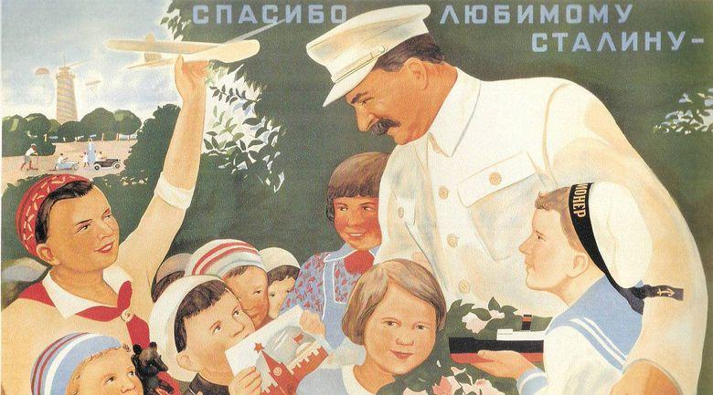 Foto: Imagen propagandística soviética son Stalin rodeado de niños.