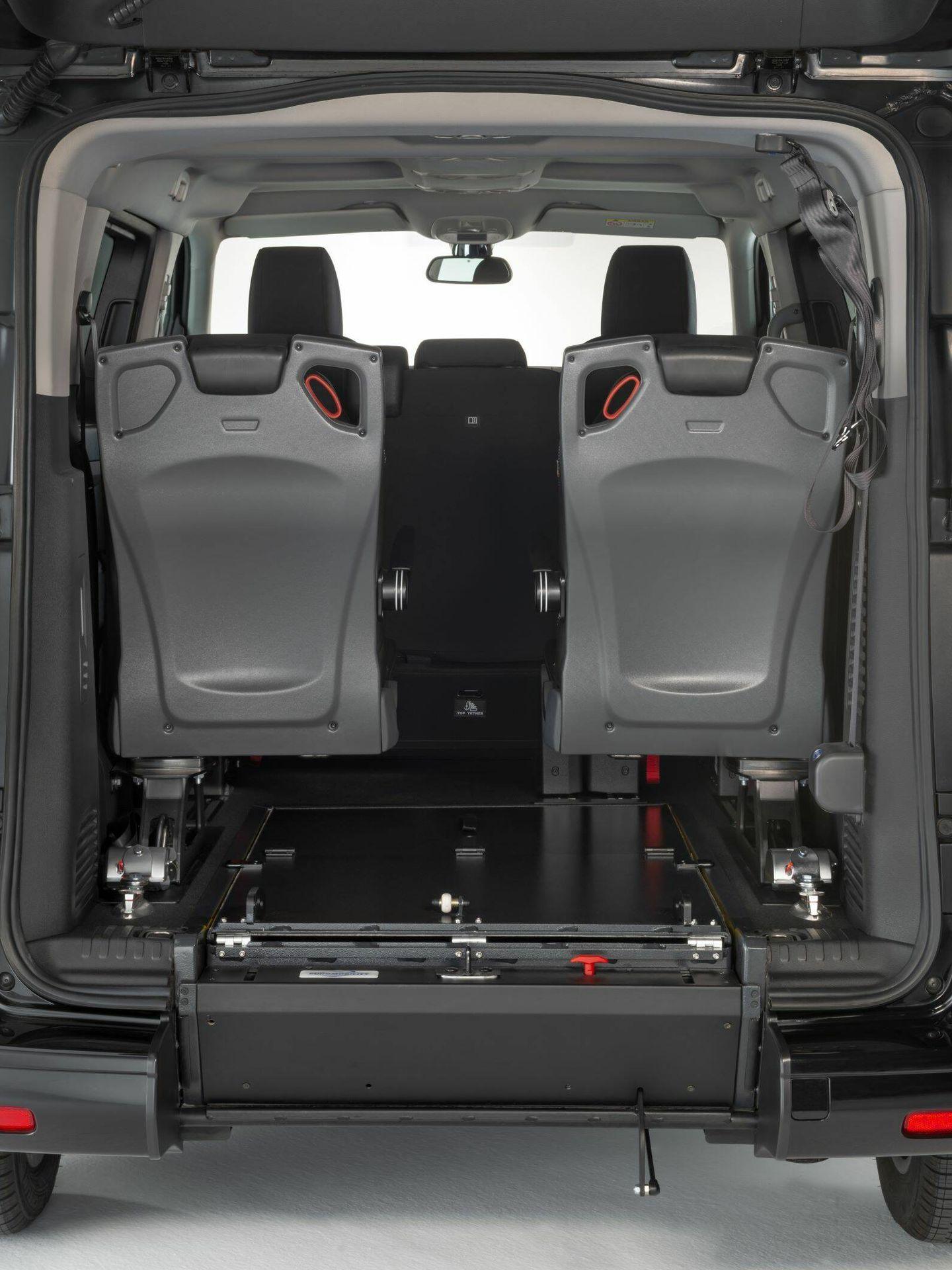 Entre el equipamiento opcional, figuran los asientos plegables laterales de la zona trasera, muy útiles cuando no se transporta un pasajero con silla de ruedas.