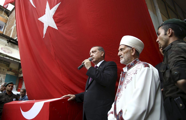 Foto: El presidente Recep Tayip Erdogan durante el funeral de un policía muerto en combates con el PKK, en Trabzon (Reuters).
