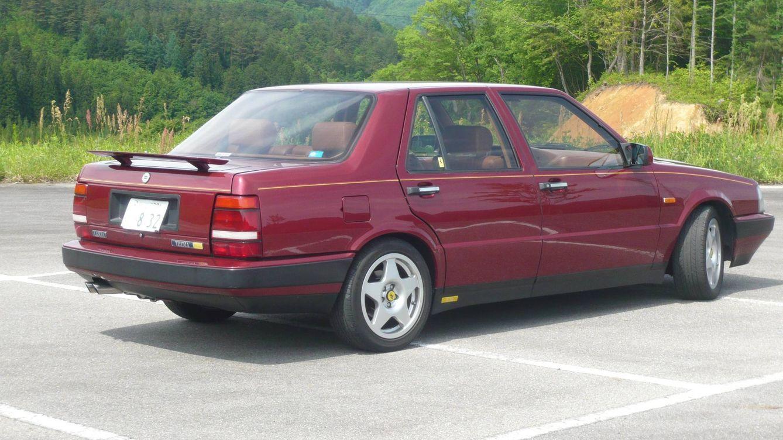 Foto: Lancia Thema 8.32 con el alerón retráctil desplegado