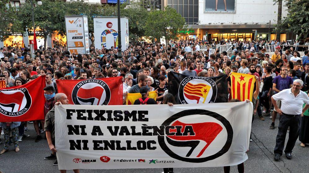 Foto: Varios centenares de personas se concentraron en la tarde de este miércoles ante la Delegación del Gobierno para pedir una respuesta. (EFE)