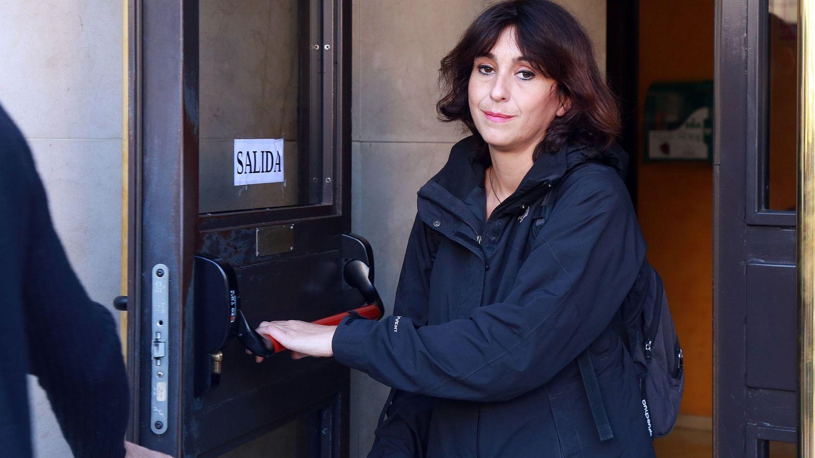 Foto: Juana Rivas a su salida del juzgado de lo Penal 1 de Granada donde ha recogido la sentencia que la condena a cinco años de cárcel. (EFE)