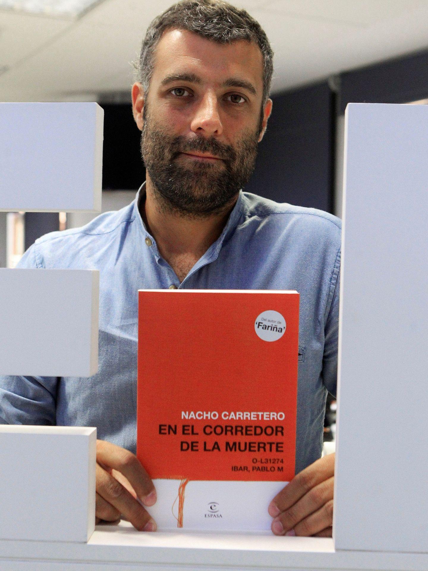 El periodista Nacho Carretero con su libro.  (EFE-Tamara Rozas)
