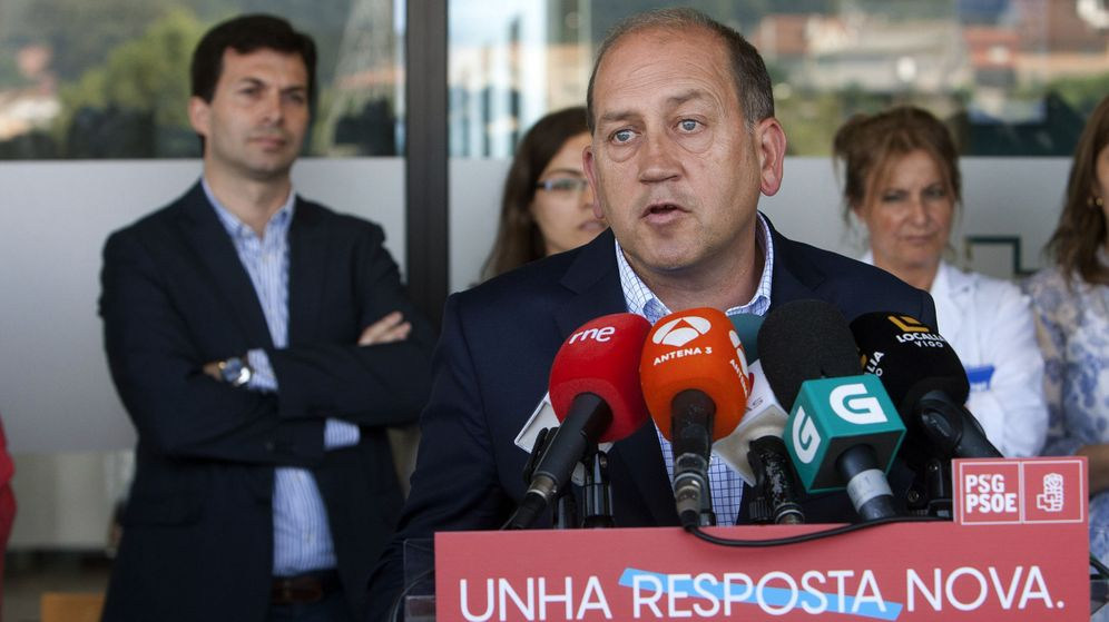 Foto: El candidato Gonzalo Caballero (izq.), detrás del portavoz parlamentario del PSdeG y también candidato, Xoaquín Fernández Leiceaga. (EFE)