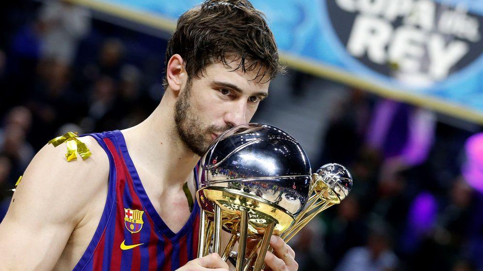 Foto: Ante Tomic besa el título de campeón de la Copa del Rey. (EFE)