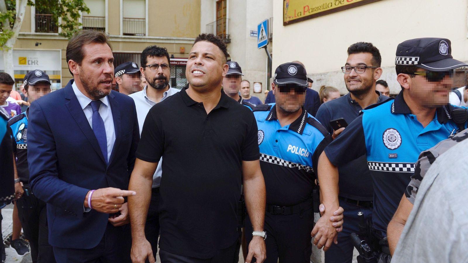 Foto: Ronaldo Nazario tuvo que ser escoltado a su llegada a Valladolid (EFE/Nacho Gallego)