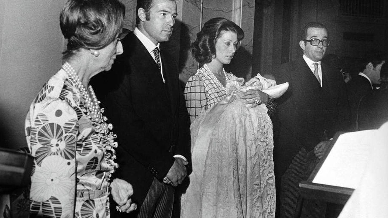 Carmen Polo, Alfonso de Borbón y Carmen Martínez-Bordiú en el bautizo del pequeño Francisco. (EFE)