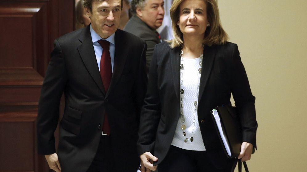 Foto: La ministra de Empleo y Seguridad Social, Fátima Báñez, acompañada por el portavoz del PP en el Congreso, Rafael Hernando.