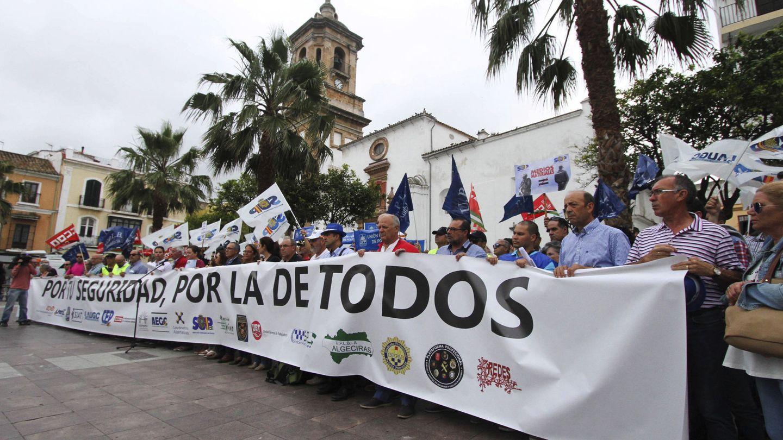 Representantes de cuerpos policiales y asociaciones antidroga concentrados en Algeciras. (EFE)