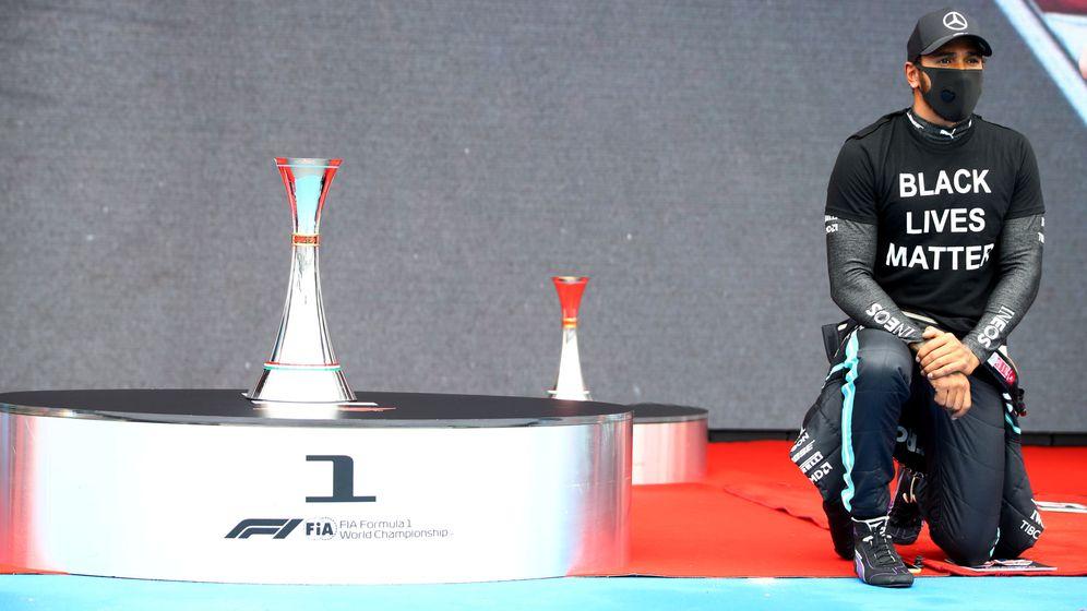 Foto: Hamilton, de rodillas en apoyo al Black Lives Matter antes de la salida del Gran Premio Hungría (REUTERS)
