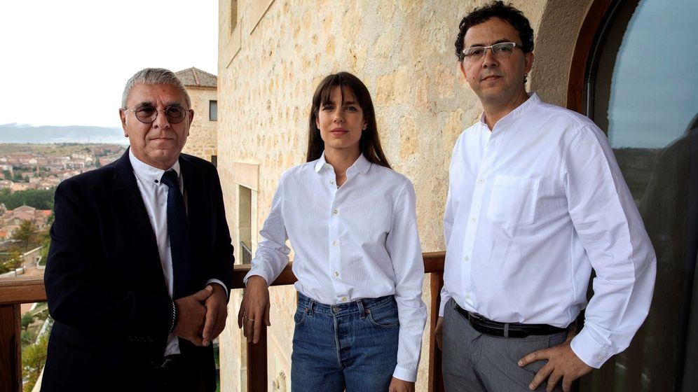 Foto: Carlota Casiraghi, acompañada del filosófo Robert Maggiori (i) y del editor Leopoldo Kulesz este sábado en Segovia. (EFE)
